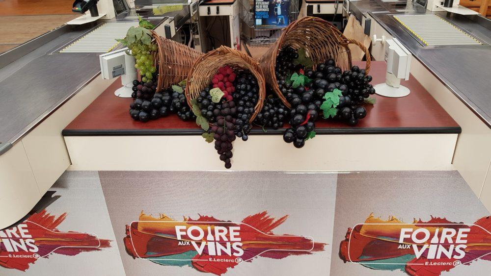Hotte en osier et grappes de raisin : foire aux vins